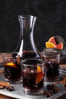 Conjunto de taças de vinho tinto com garrafa