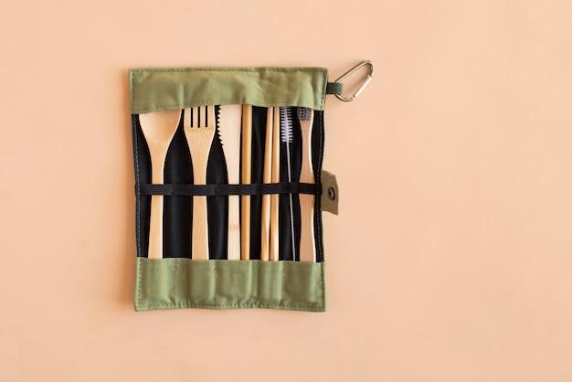 Conjunto de talheres de bambu reutilizáveis e ecológicos, acessório alternativo, zero desperdício e conceito livre de plástico. copie o espaço.