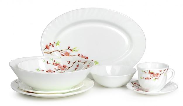 Conjunto de talheres de cerâmica branca isolado no branco