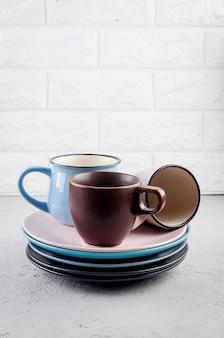 Conjunto de talheres de louça de cerâmica limpa em fundo cinza de concreto, conceito de conjunto de talheres