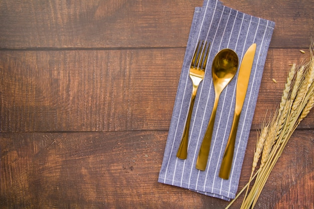 Conjunto de talheres de ouro em guardanapo