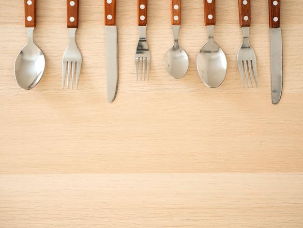 Conjunto de talheres de prata na mesa de madeira