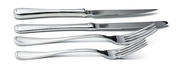 Conjunto de talheres. duas facas e colheres isoladas no branco