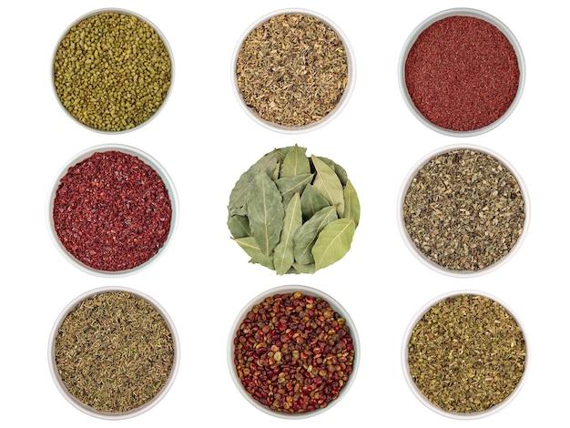 Conjunto de temperos de especiarias diferentes, alecrim, tomilho, louro, folhas, sumagre
