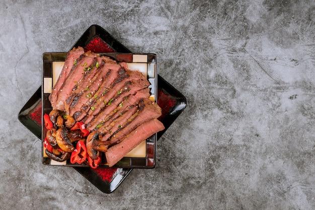 Conjunto de teriyaki de carne, um menu de teriyaki de carne de bovino com pimentão vermelho e cogumelos fritos comida japonesa