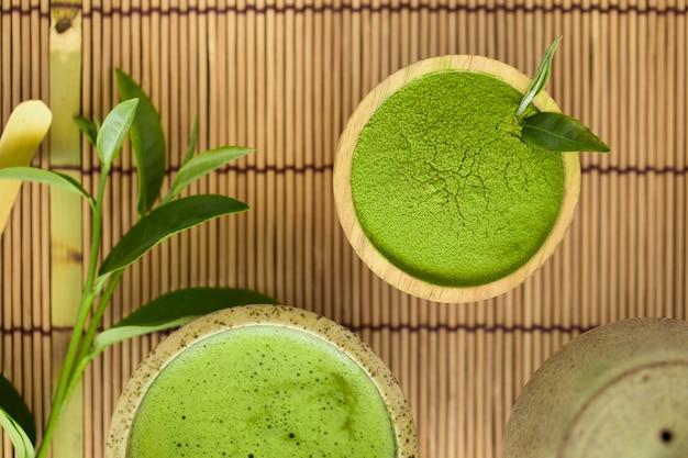 Conjunto de tigela de pó de matcha colher de pau e bata a folha de chá verde orgânica verde matcha cerimônia do chá
