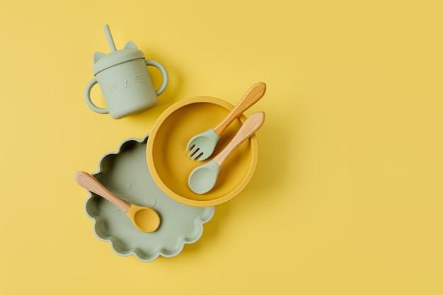Conjunto de tigelas, pratos e copo de bebida infantil. talheres de bebê. nutrição e conceito de alimentação.