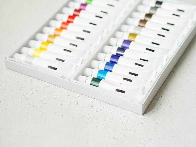 Conjunto de tintas acrílicas multicoloridas em tubos