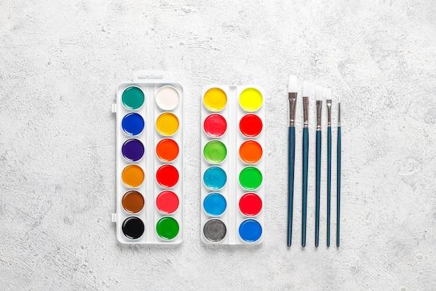 Conjunto de tintas aquarela e pincéis para pintura.