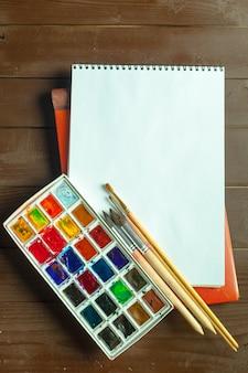 Conjunto de tintas aquarela e pincéis para pintura