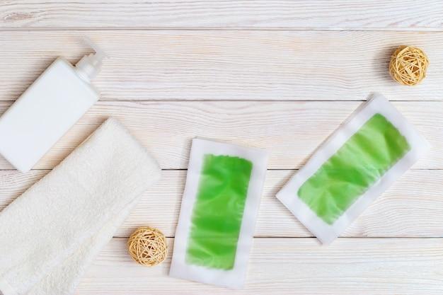 Conjunto de tiras de cera descartáveis para depilação, hidratante corporal e toalha de algodão branco