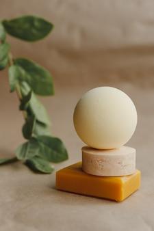 Conjunto de tratamento de sabonete natural para spa, vista de cima plana em papel artesanal