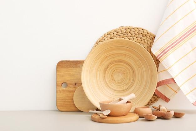 Conjunto de travessas de madeira sobre a mesa