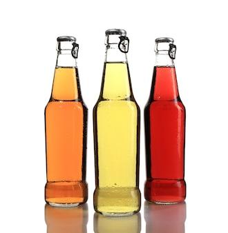 Conjunto de três garrafas de cerveja diferentes isoladas em uma superfície branca