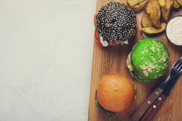 Conjunto de três mini hambúrguer caseiro.
