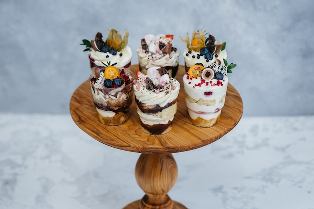 Conjunto de trifl delicioso lindo close - up no espaço. sobremesa e doces.