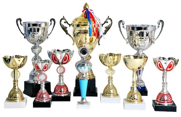 Conjunto de troféus de ouro e prata, vencedor de taças isolado na superfície branca.