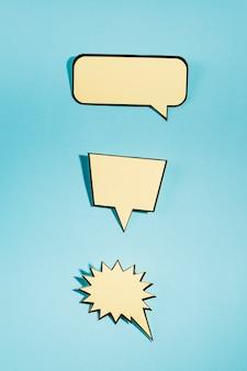 Conjunto de um discurso vazio bolhas no fundo azul