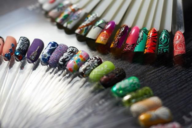 Conjunto de unhas multicoloridas no gabinete de unhas