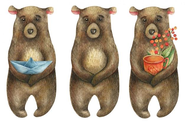 Conjunto de ursos marrons bonitos, segurando um barquinho de papel e um copo de laranja com um ramo de bagas