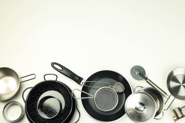 Conjunto de utensílios de cozinha diferentes em fundo branco.