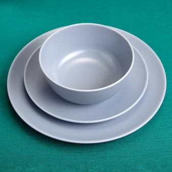 Conjunto de utensílios de cozinha, dois pratos de diferentes tamanhos e tigela.