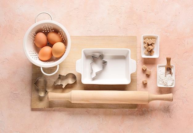 Conjunto de utensílios de cozinha e ingredientes para preparar a padaria na cor de fundo