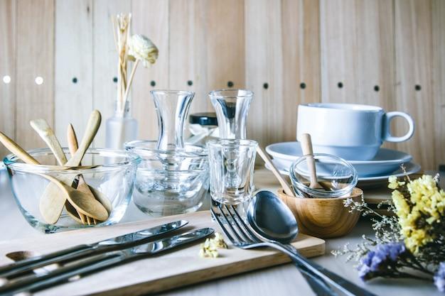 Conjunto de utensílios de cozinha na mesa, utensílios de cozinha