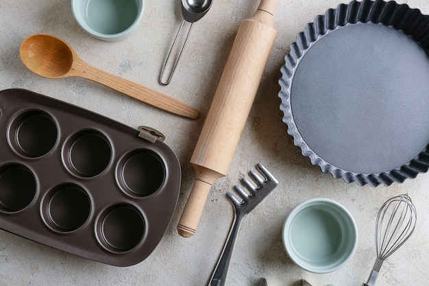 Conjunto de utensílios de cozinha para padaria na mesa cinza