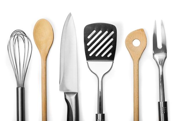 Conjunto de utensílios modernos de cozinha de aço na mesa de madeira