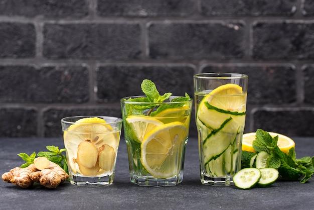 Conjunto de várias águas de desintoxicação saudável