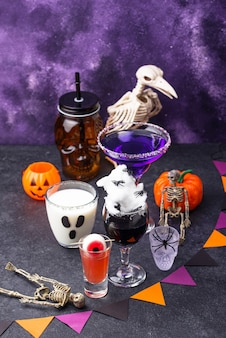 Conjunto de várias bebidas de halloween. coquetéis assustadores para festa