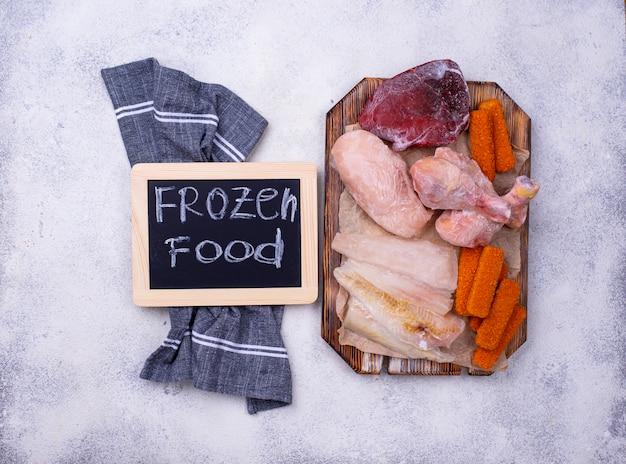 Conjunto de várias carnes e peixes congelados