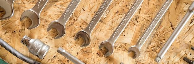 Conjunto de várias ferramentas manuais de reparo ou ferramentas de mecânico de automóveis. kit de ferramentas de reparo. equipamento para construção. fundo de madeira, padrão, vista superior. bandeira