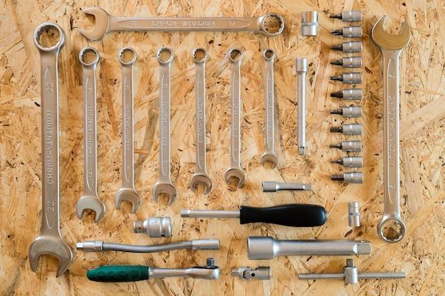 Conjunto de várias ferramentas manuais de reparo ou ferramentas de mecânico de automóveis. kit de ferramentas de reparo. equipamento para construção. fundo de madeira, padrão, vista superior