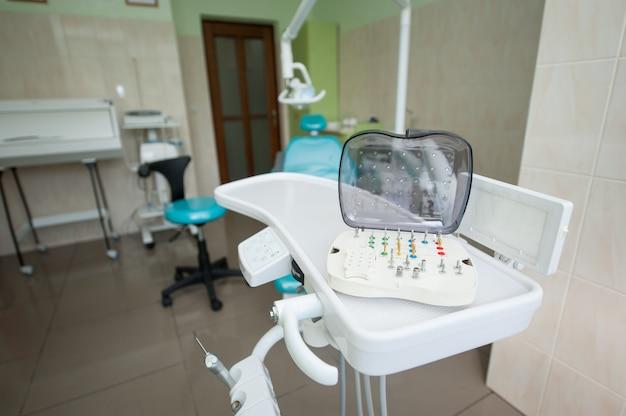 Conjunto de variedade de brocas de fresagem dentária fica na unidade odontológica