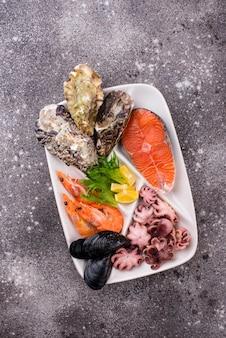Conjunto de vários frutos do mar no prato