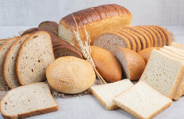 Conjunto de vários pães na superfície da pedra