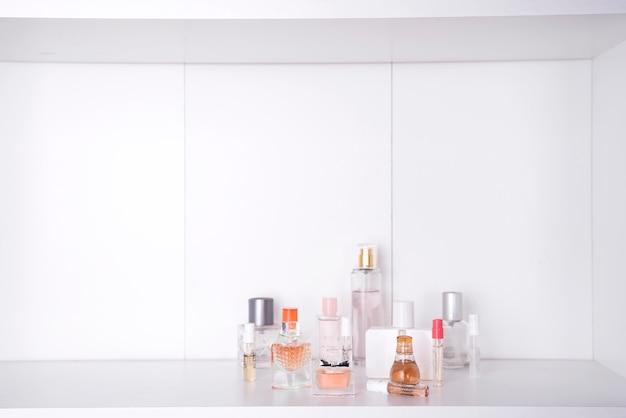 Conjunto de vários perfumes de mulher isolado