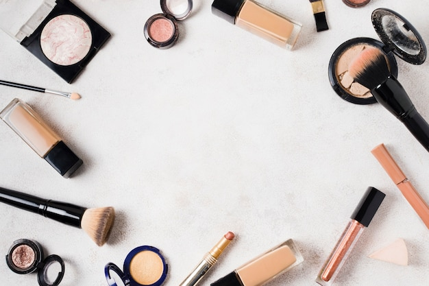 Conjunto de vários produtos para maquiagem na superfície da luz