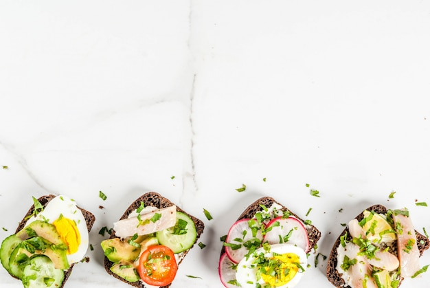 Conjunto de vários sanduíches abertos dinamarqueses smorrebrod