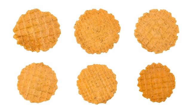 Conjunto de vários waffles salgados crocantes finos redondos isolados no fundo branco