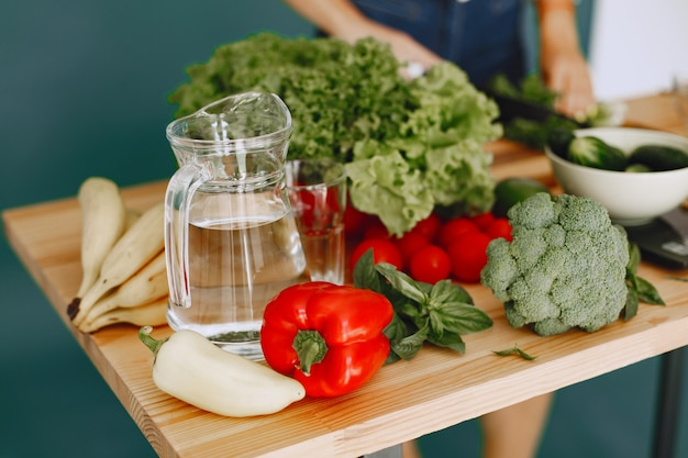 Conjunto de vegetais crus frescos. produtos em uma mesa em uma cozinha moderna. alimentação saudável. comida orgânica.