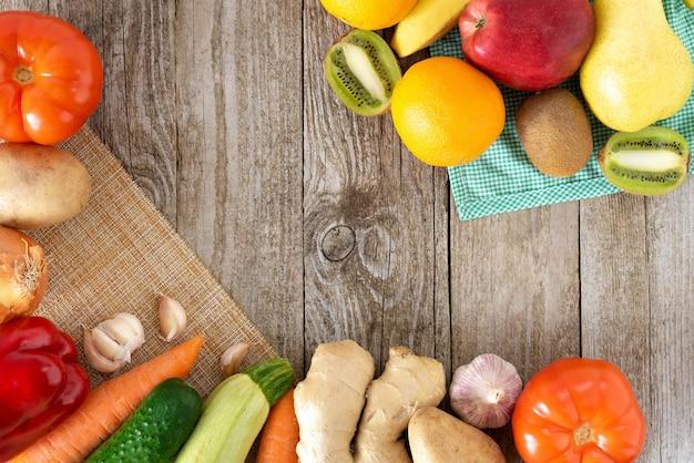 Conjunto de vegetais e frutas em um fundo de madeira