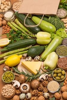 Conjunto de vegetais folhosos com queijo e comida saudável