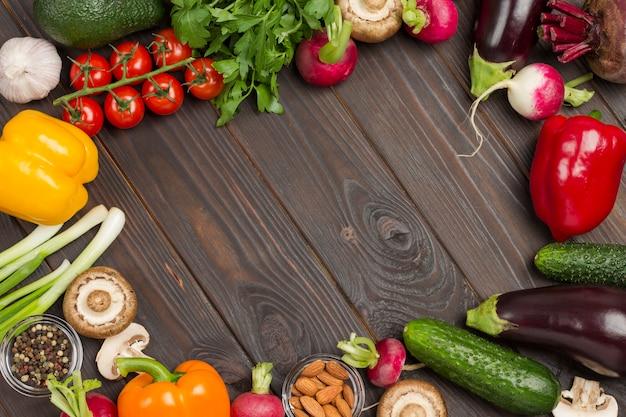 Conjunto de vegetais multicoloridos, rúcula e cebolinha