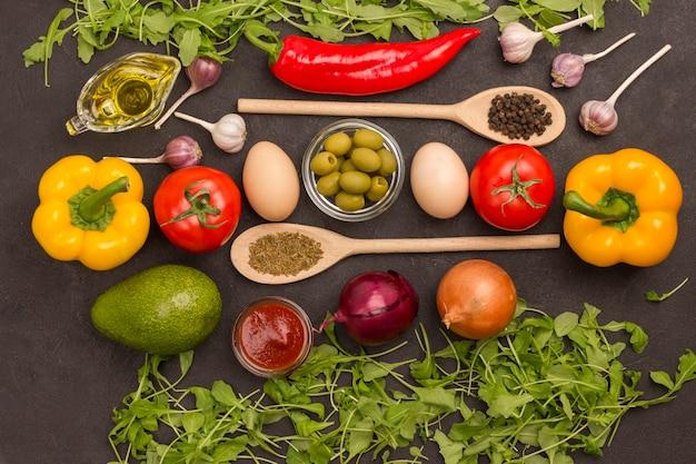 Conjunto de vegetais para uma dieta saudável, pimentão amarelo e vermelho, tomate, cebola, alho, ovos