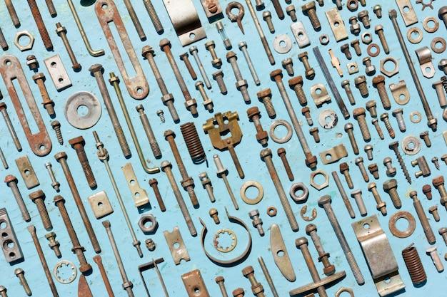 Conjunto de velhos parafusos de metal enferrujados