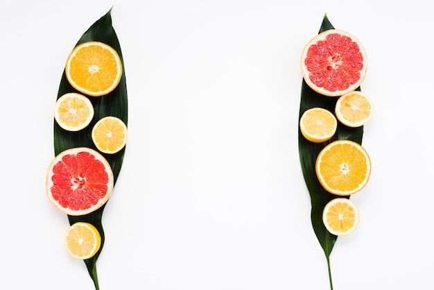 Conjunto de verão colorido de frutas exóticas frescas em folhas de bananeira