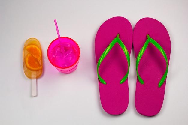 Conjunto de verão vista superior com flip flops
